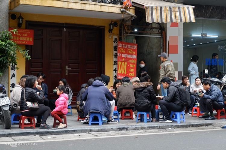 Do quán không có chỗ ngồi, nhiều người đến mua mang về.