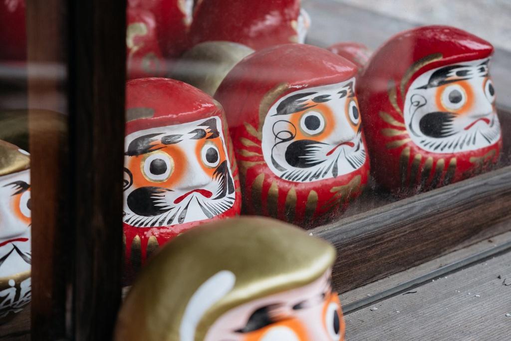 Daruma là búp bê cầu may truyền thống trong văn hóa Nhật Bản. Búp bê ra đời từ thời kỳ Edo (1603-1867) ở vùng Takasaki (tỉnh Gunma). Một cao tăng đền Shorinzan Daruma trong vùng đã hướng dẫn nông dân cách làm những con búp bê bằng giấy bồi để đem bán trong thời kỳ kinh tế khó khăn. Những con búp bê dần trở thành vật cầu may phổ biến xứ hoa anh đào. Ảnh: The Culture Trip.