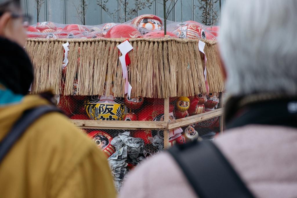 """Người Nhật thường mua búp bê trong đền chùa vào dịp đầu năm, sau đó vẽ tròng mắt cho Daruma khi ước nguyện. Các nhà sư sẽ thực hiện nghi lễ thổi hồn cho búp bê, hay còn gọi là nghi lễ """"kaigen"""". Ảnh: The Culture Trip."""