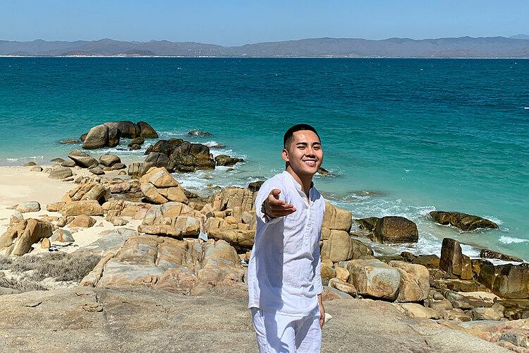 Khung cảnh biển xanh như ngọc khiến blogger quên đi cơn say sóng trên chuyến tàu ra đảo. Ảnh: NVCC.