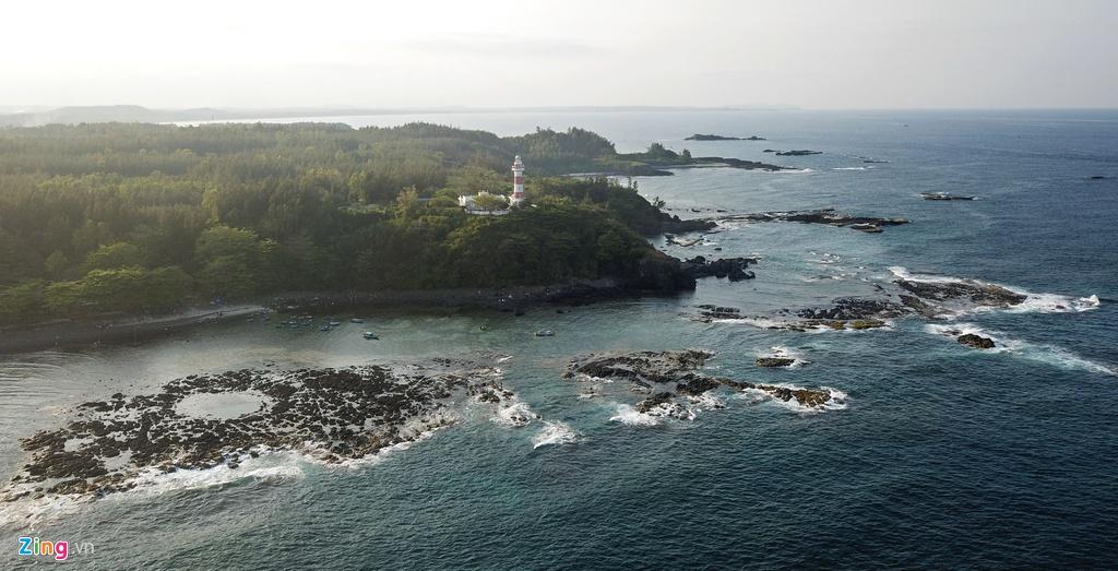 """Dấu tích miệng núi lửa cổ nằm sát biển Ba Làng An, xã Bình Châu, huyện Bình Sơn. """"Nếu biết cách bảo tồn và phát huy di sản thiên nhiên, khu vực này sẽ trở thành điểm đến hấp dẫn du khách và các nhà nghiên cứu địa chất trên thế giới"""", ông Thu nói."""