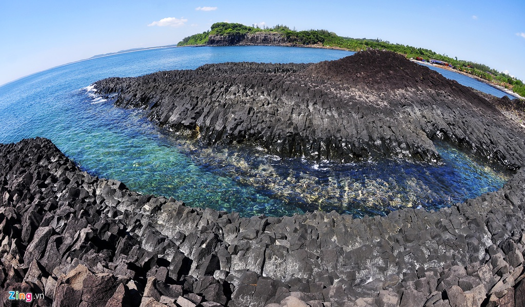 Là điểm đến lý thú cho mỗi du khách đến Quảng Ngãi, miệng núi lửa ở Gành Yến có niên đại hàng triệu năm với kiến trúc trầm tích xếp chồng lên nhau độc đáo.