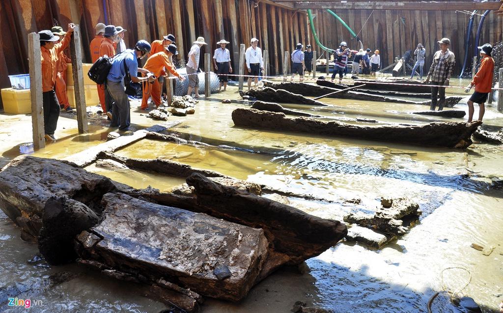 Con tàu cổ đắm 700 tuổi ở vùng biển Bình Châu. Khảo sát trong phạm vi 10 km2 ở vùng biển nơi đây, các nhà khảo cổ dưới nước đã phát hiện 10 tàu cổ đắm. Trong đó, hai con tàu đã được khai quật, số còn lại có nhiều cổ vật gốm sứ, vật dụng thủy thủ đoàn được xác định với nhiều niên đại khác nhau từ thế kỷ 8 đến 18 nằm gần bờ.