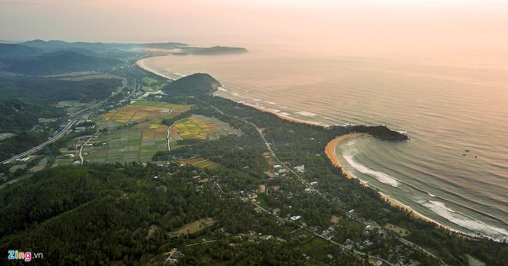 """Vùng biển Sa Huỳnh, nơi nhà khảo cổ học người Pháp, M.Vinet, lần đầu phát hiện khoảng 200 mộ chum vào năm 1909. Cùng với văn hóa Đông Sơn (miền Bắc), văn hóa Óc Eo (miền Nam), văn hóa Sa Huỳnh (miền Trung) là """"ba cái nôi văn minh"""" xưa tạo thành tam giác văn hóa trên lãnh thổ Việt Nam."""