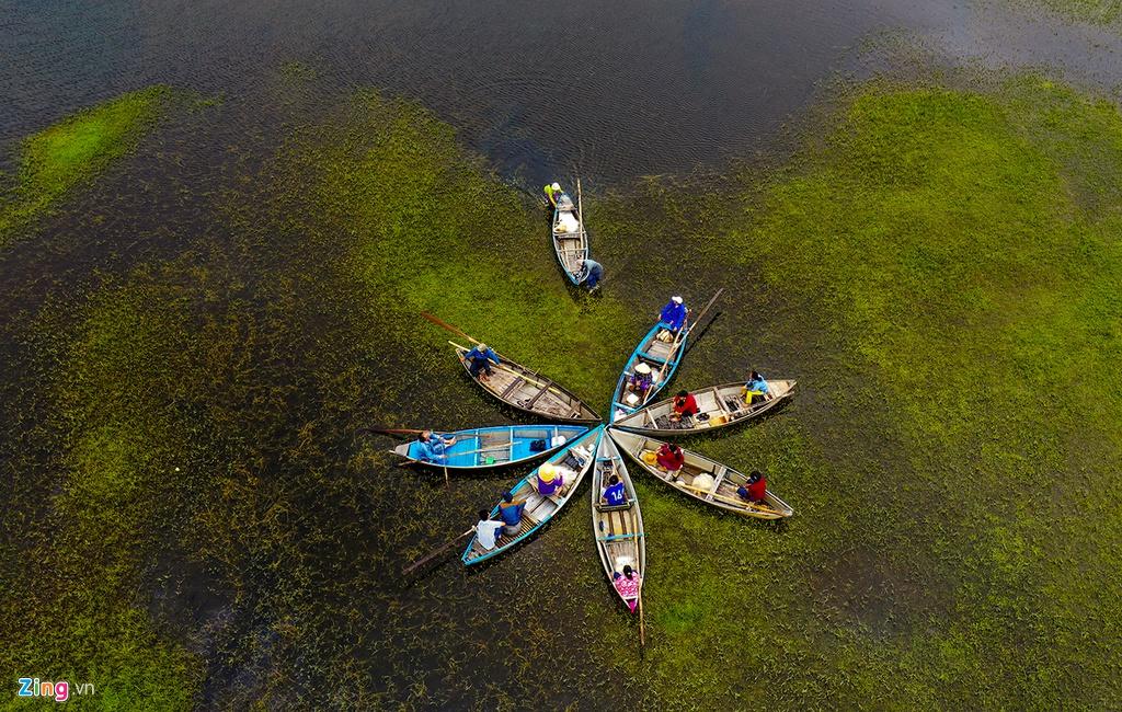 Ngư dân mưu sinh trên đầm An Khê gần sát vùng biển Sa Huỳnh. Tiến sĩ Guy Martini, Tổng thư ký Mạng lưới công viên địa chất toàn cầu của UNESCO, đánh giá những làng chài nơi đây hội đủ điều kiện văn hóa - địa chất để trở thành một thực thể sống động của không gian văn hóa Sa Huỳnh.