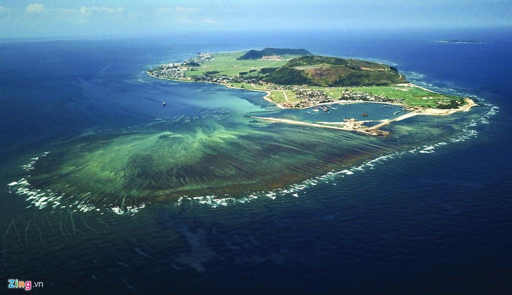 Huyện đảo Lý Sơn hệt như trái tim giữa biển trời mênh mông. PGS.TS Vũ Cao Minh, Viện Địa Chất - Viện Hàn Lâm Khoa học và Công nghệ Việt Nam, cho biết riêng địa phương này có 10 miệng núi lửa phun trào khoảng 9-11 triệu năm trước.