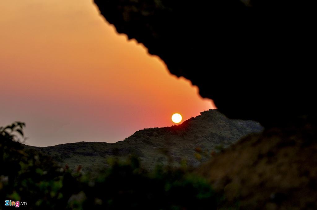 Miệng núi lửa trên đỉnh núi Thới Lới phun nổ cách nay 1 triệu năm, có đường kính 0,35 km, cao 149 m.