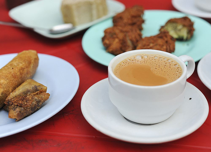 Các món ăn kèm tại quán trà sẽ thường phản ánh bản sắc của cửa hàng. Ảnh: The Culture Trip/Max Falkowitz.