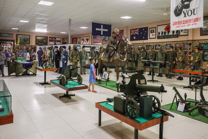 Bảo tàng trưng bày khoảng 2.500 hiện vật là vũ khí, trang phục quân đội các nước. Chủ nhân chia bảo tàng thành các khu như không gian trưng bày từ thời kỳ cổ đại đến trung cổ, quân đội châu Âu, vũ khí thời hiện đại.  Năm 2011, Trung tâm sách kỷ lục Việt Nam xác lập đây là bảo tàng vũ khí cổ tư nhân lớn nhất Việt Nam.