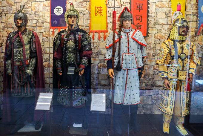 Khu trưng bày vũ khí, trang phục của lính chiến từ cổ đại đến trung cổ của nhiều quốc gia châu Á, châu Âu với các hình nộm kích thước bằng người thật.  Hầu hết trang phục quân đội nhiều thời kỳ trong bảo tàng được phục chế. Trong ảnh là bộ áo giáp và thương, kiếm của quân lính các triều đại nhà Tần, Tống, Thanh của Trung Quốc.