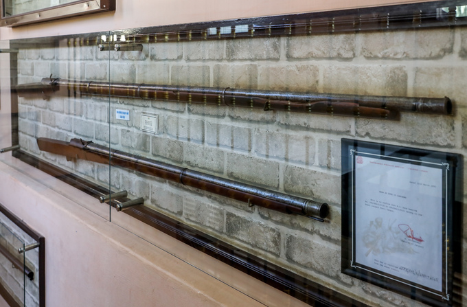 Hai khẩu súng Arquebus của người Ấn Độ có từ thế kỷ 18, dài gần 3 m, là súng dài nhất trưng bày tại bảo tàng. Súng nặng 14 kg nên khi bắn phải gác lên tường thành và mỗi lần bắn chỉ được một viên đạn.