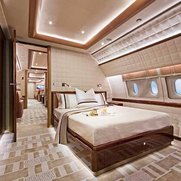 Không gian bên trong máy bay được lắp đặt rộng rãi với nhiều phòng ngủ và phòng tắm.