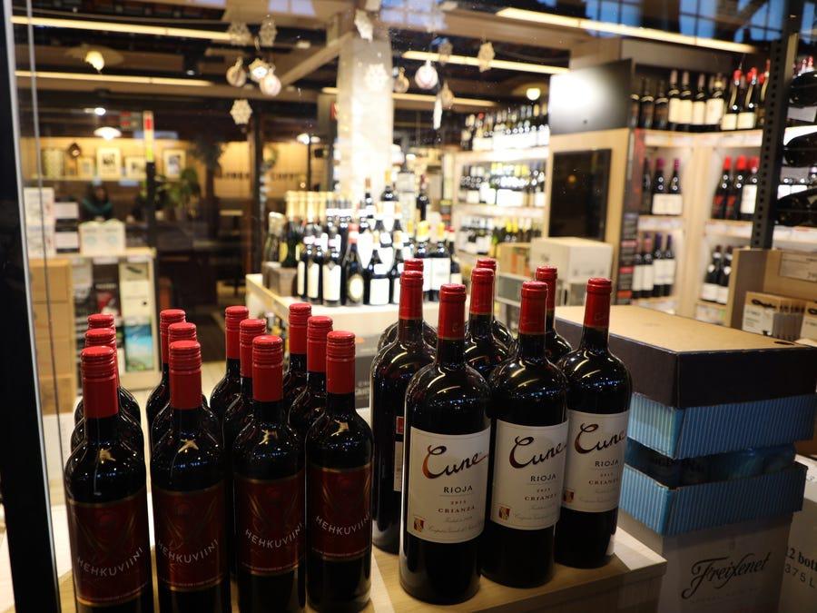 """""""Điều này liên quan đến rượu"""" - Juho. Ở Phần Lan, rượu không được bán trong siêu thị mà ở các cửa hàng chuyên dụng. Mill Years Juho tin rằng người Phần Lan hạnh phúc vì họ yêu thích một loại đồ uống có cồn tốt và họ uống theo cách hạnh phúc."""