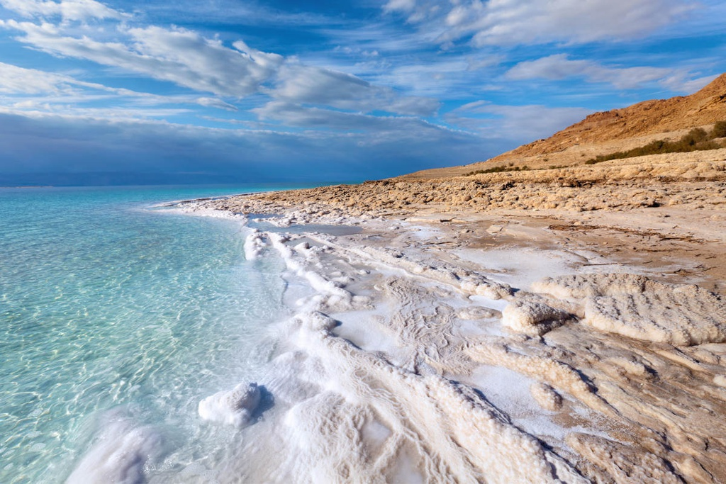 Nằm trên biên giới giữa Bờ Tây, Israel và Jordan, biển Chết thực chất là một hồ nước mặn có diện tích 1.000 km2. Nơi đây còn được biết tới là điểm thấp nhất trên bề mặt Trái Đất khi ở vị trí 423 m dưới mực nước biển. Ảnh: Getty