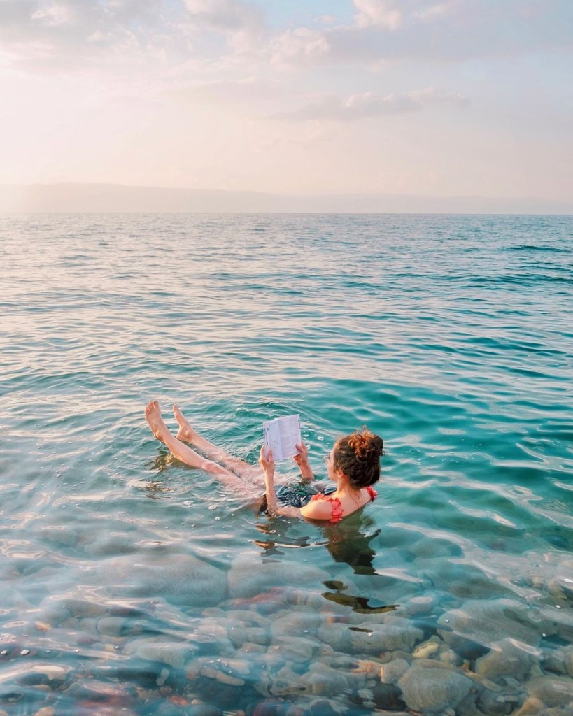 Tuy nhiên, du khách nên cẩn trọng, không để đầu, mắt ngập trong nước vì nước muối có thể gây nguy hại cho mắt và tai. Nếu trên cơ thể có vết trầy xước hoặc vết cắt, bạn không nên xuống nước để tránh bị xót. Du khách nên bôi kem chống nắng và chỉ ở dưới nước khoảng 10-15 phút, sau đó tắm tráng bằng nước ngọt để gột sạch muối từ biển Chết. Ảnh: Tosotravel, twosomepioneers.