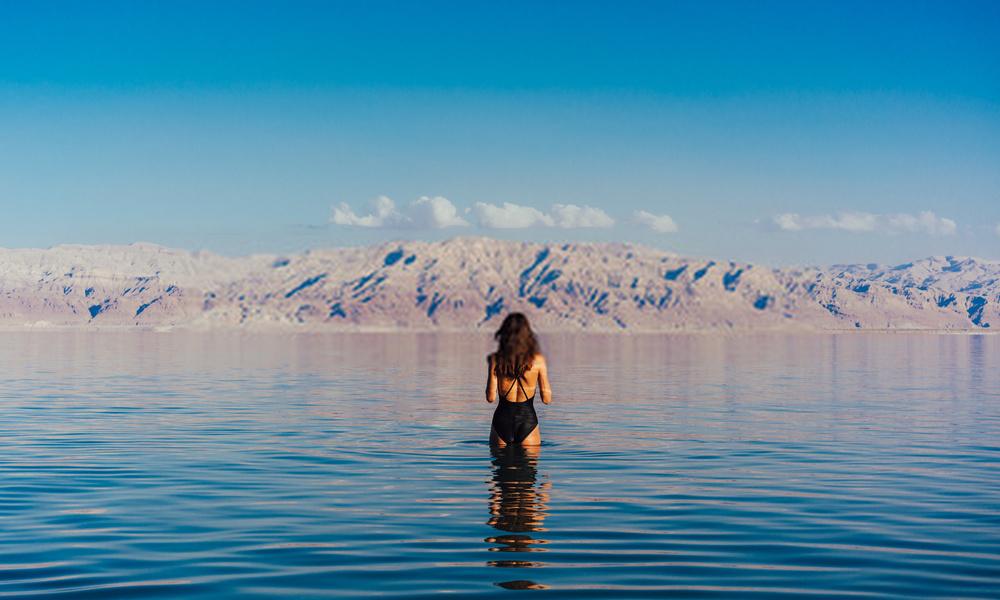 Nước Biển Chết có khả năng chữa bệnh, do lượng bào tử vi khuẩn trong hồ cực thấp và không có chất gây dị ứng. Trong nước hồ cũng có rất nhiều loại khoáng chất. Lượng tia UV trong ánh nắng ở biển Chết rất thấp, cộng với áp suất không khí cao (do ở vị trí thấp) tạo nhiều ích lợi cho sức khỏe con người. Ảnh: Teksomolika