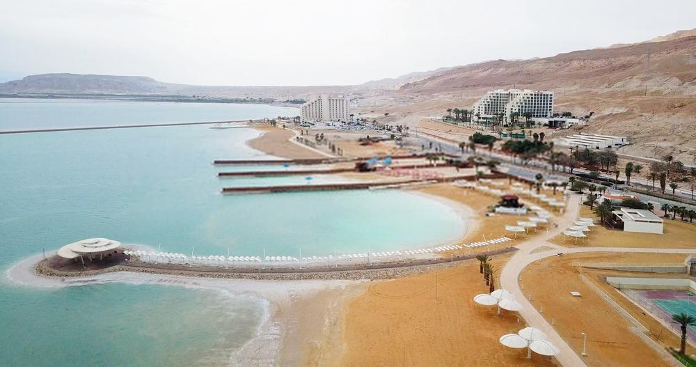 Tại đây, dịch vụ tắm bùn đen được nhiều du khách yêu thích. Dọc theo bãi biển Chết, nhiều nhà hàng, quán bar, khu nghỉ dưỡng được xây dựng nhằm giúp du khách tận hưởng chuyến đi trọn vẹn nhất. Ảnh: MagioreStockStudio.
