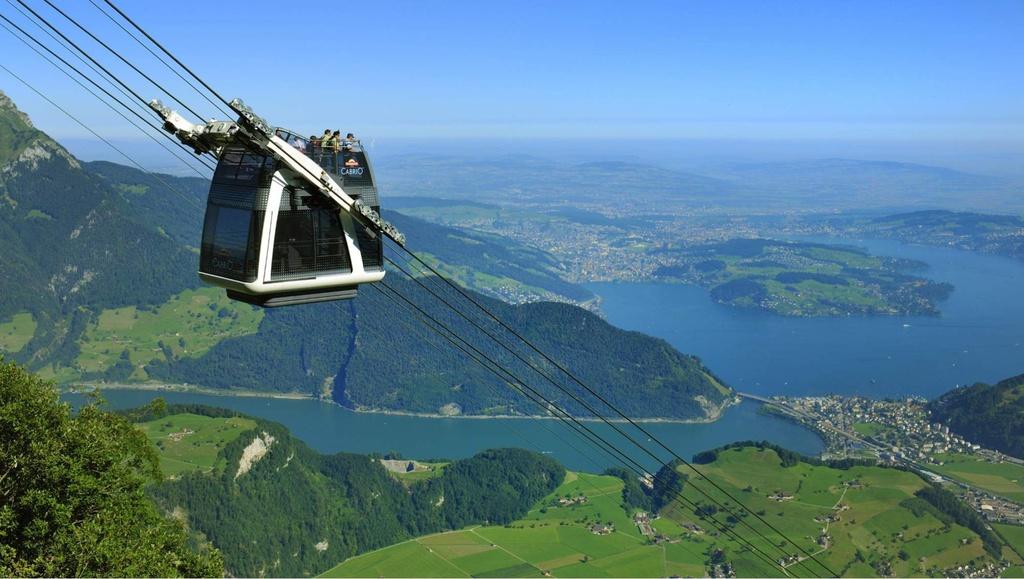 Để lên đỉnh núi, du khách có thể sử dụng CabriO, hệ thống cáp treo đầu tiên của thế giới có tầng không nóc. Đây là công nghệ cáp treo mới nhất, đem đến trải nghiệm khác biệt cho người dùng. Ảnh: Switzelandtours.