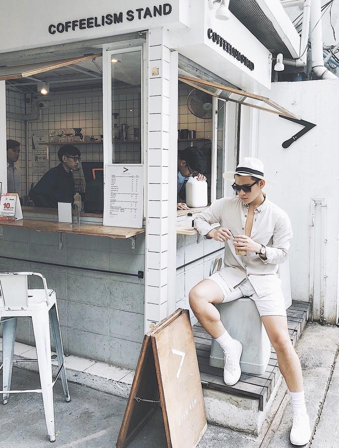 Coffeelism Stand khá nổi ở thủ đô xứ chùa vàng. Nó chỉ là một quầy cà phê nhỏ, nằm bên góc đường, mở cửa từ 8h đến 15h mỗi ngày, và nếu tới quán tầm trưa, bạn phải xếp hàng lâu mới có thể mua được ly nước. Coffeelism hút khách nhờ thức uống khá ổn, giá hợp lý, nhất là cacao bạc hà và cà phê. Quán chủ yếu bán mang đi, nhưng nếu ghé vào lúc vắng khách, bạn có thể tạo dáng thoải mái.