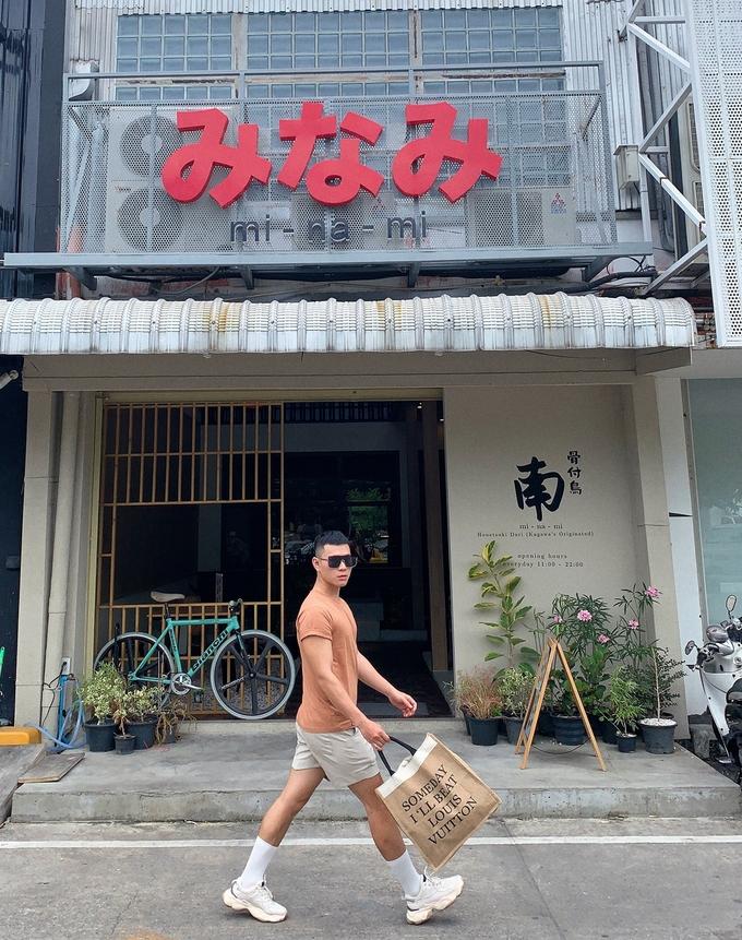 Minami chuyên món Nhật, là điểm ăn tối hút khách ở Bangkok. Ngoại thất quán trang trí theo phong cách các quán ăn nhỏ của xứ sở hoa anh đào. Khung cảnh mộc mạc, khu ngồi bên trong lát sỏi, mang đến cảm giác gần gũi với thiên nhiên.