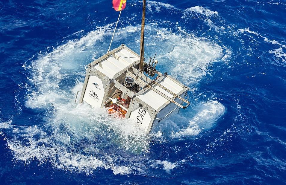 Phi thuyền được phóng trước mỗi lần lặn sẽ gửi lại các báo cáo chi tiết về tình hình dưới đại dương và hoạt động như công cụ hỗ trợ liên lạc, điều hướng. Mỗi lần lặn sẽ mất tới 14 giờ. Khi ở dưới đáy, du khách có thể quay cuộc sống của những sinh vật độc đáo nhất hành tinh. Sau đó, họ sẽ mất 4 tiếng để trở lại bề mặt.