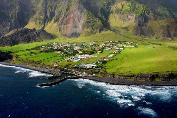 Tristan da Cunha cùng 5 hòn đảo nhỏ hơn được phát hiện bởi nhà thám hiểm người Bồ Đào Nha năm 1506. Tên của ông được đặt cho hòn đảo. Trong suốt thế kỷ 17, người Hà Lan và người Mỹ đã nỗ lực định cư trên hòn đảo nhưng không thành. Năm 1816, đảo chính thức được sáp nhập và trở thành nơi đóng quân của Anh. Khi quân đồn trú rút khỏi năm 1817, có 3 người chọn ở lại. Sau nhiều năm, hòn đảo có thêm cư dân là những thủy thủ đắm tàu, những người định cư từ Italy, Anh, Hà Lan. Ngoài ra còn có một số người Mỹ đến đây với mong muốn về một cuộc sống yên bình.  Hiện dân số trên đảo là 240 người. Cộng đồng dân cư sống tập trung ở ven biển phía bắc đảo. Cuộc sống của họ hoàn toàn tách biệt với thế giới bên ngoài. Mối lo ngại duy nhất là núi lửa, lần cuối phun trào từ năm 1961. Ảnh: HKM.