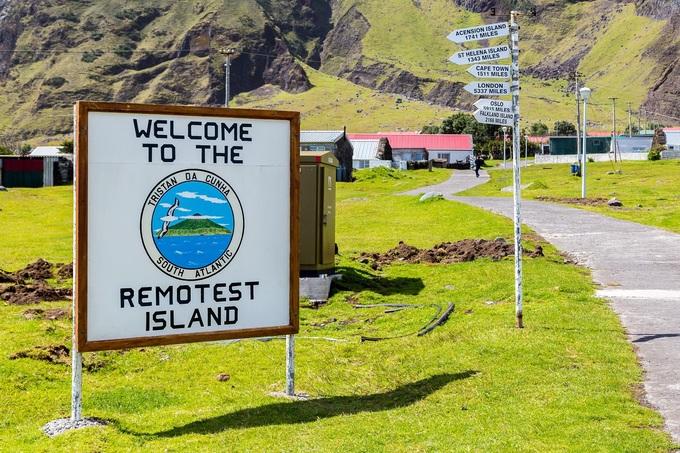 """Tấm biển """"Chào mừng tới hòn đảo hẻo lánh nhất thế giới"""". Ảnh: Maloff/Shutterstock."""