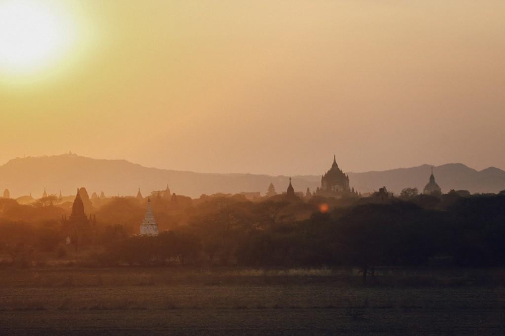 Lần trở lại này, Bagan trở nên đông khách du lịch hơn so với chuyến đi trước của tôi nhưng không vì thế mà miền đất linh thiêng mất đi vẻ hoang sơ và chân thành vốn có. Những cảm xúc đẹp đẽ ở lần đầu gặp gỡ gần như còn vẹn nguyên trong tôi.