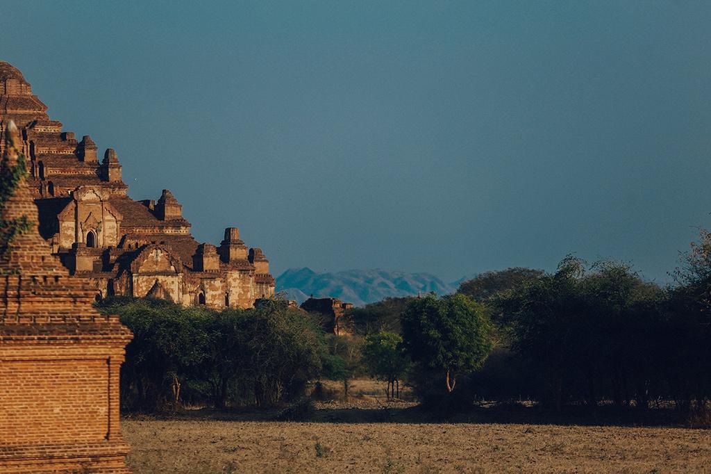 Trước đây du khách có thể len lỏi vào bất cứ đền, chùa cổ nào để ngắm Bagan từ trên cao. Tuy nhiên, giờ đây, bạn chỉ còn một vài điểm ngắm là những ngọn đồi, khu vực được chỉ định để chiêm ngưỡng bình minh và hoàng hôn, 2 khoảnh khắc vàng không nên bỏ lỡ tại đây. Do đó, bạn sẽ phải chen chúc giữa dòng người đông nghịt ở đó để tận hưởng thời điểm thành cổ đẹp nhất dưới ánh mặt trời.