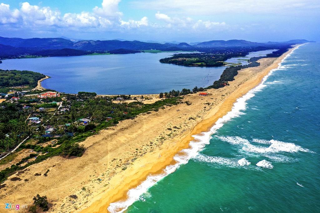 Nằm cách TP Quảng Ngãi khoảng 45 km về phía nam, làng Gò Cỏ (xã Phổ Thạnh, huyện Đức Phổ) nằm sát bên đầm An Khê và bờ biển Sa Huỳnh.