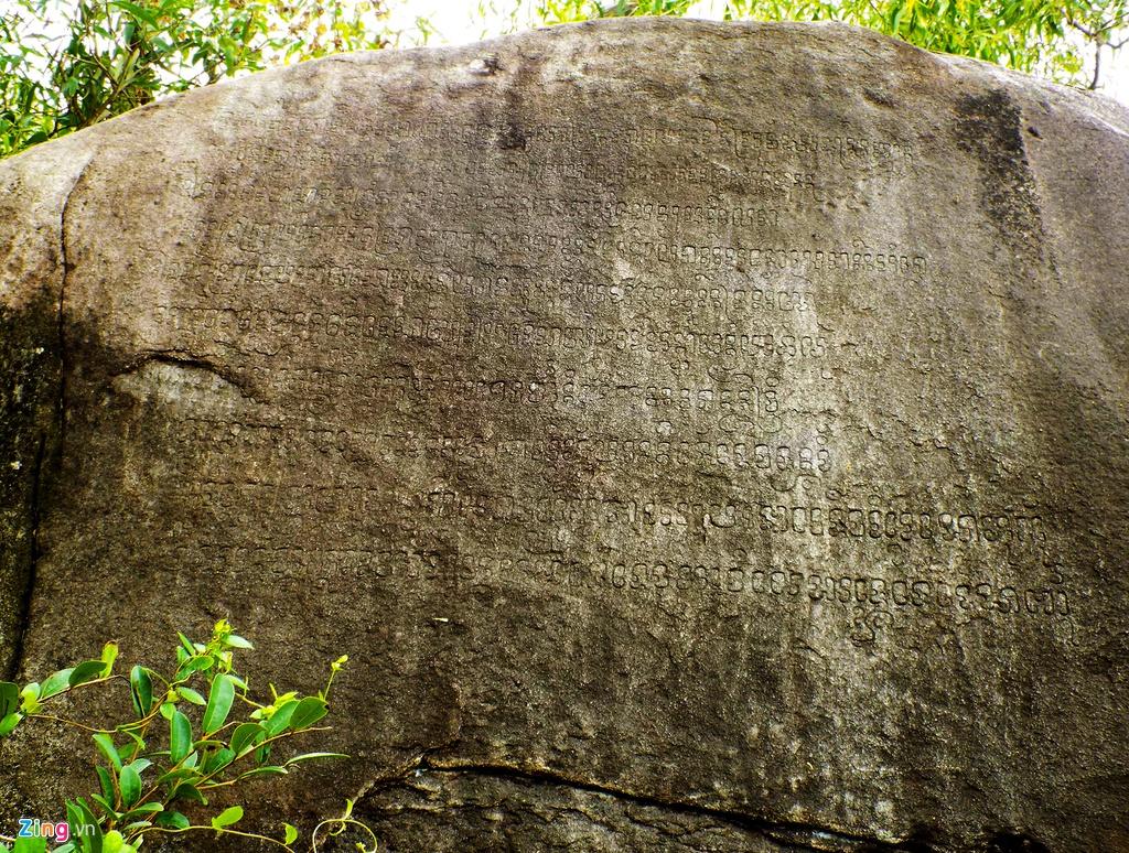 Tảng đá khắc mười dòng chữ Chăm cổ (chữ Phạn) ở làng Gò Cỏ. Bên cạnh đó, làng cổ này vẫn còn lưu giữ các di tích đền thờ và 11 giếng cổ, con đường cổ của người Chăm Pa tồn tại cách nay hàng trăm năm và các phong tục tập quán mang nhiều đặc trưng văn hóa Sa Huỳnh hơn 3.000 năm trước.
