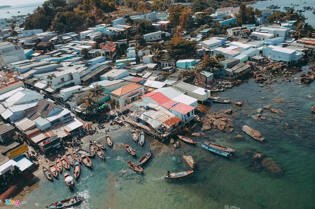 Trong 2 ngày ở Phú Quốc, du khách nên dành thời gian ghé thăm Hòn Thơm, một trong những đảo nhỏ đẹp nhất tại đây. Để đến Hòn Thơm, du khách cần đi qua cáp treo vượt biển khoảng 15 phút. Một số người rao bán các combo cáp treo, ăn trưa buffet với giá khá rẻ trên mạng. Du khách có thể đặt của họ hoặc qua các ứng dụng du lịch nếu muốn đảm bảo tuyệt đối. Trong trường hợp dư dả thời gian hơn, các tour 4 đảo do nhiều đơn vị rao bán, bao gồm tham quan, lặn biển... cũng là lựa chọn hợp lý.