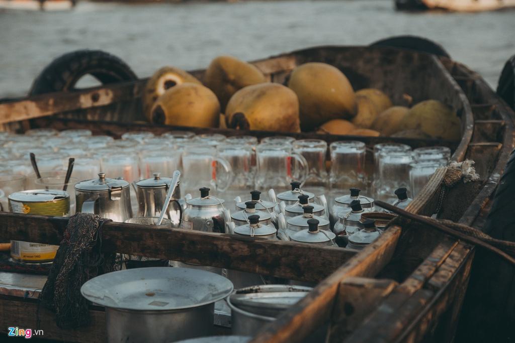 """Bên cạnh các loại hoa quả thơm ngon mang đúng thương hiệu Cần Thơ, du khách cũng nên trải nghiệm cảm giác ngồi ghe ăn hủ tiếu, uống cà phê. Giá cho một """"combo"""" ăn sáng chỉ khoảng 40.000 đồng/người."""