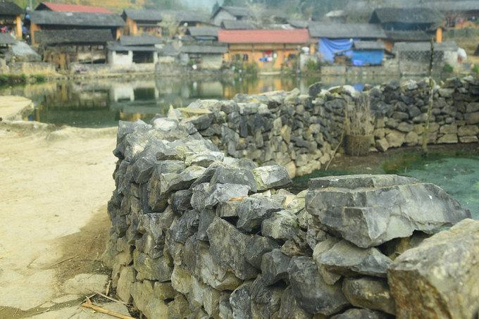Những hàng rào đá đặc trưng của cao nguyên đá Đồng Văn nằm ven hồ Rồng. Phố Trồ được huyện Đồng Văn chọn lựa thí điểm Chương trình nông thôn mới, nhằm biến nơi đây trở thành Làng văn hóa du lịch. Ngày nay Phố Trồ đã có trụ sở thôn kiên cố, điểm trường tiểu học khang trang. Bên cạnh đó là đường bê tông liên thôn vào tới từng nhà. Các hộ dân được hỗ trợ xây nhà vệ sinh, nhà tắm.