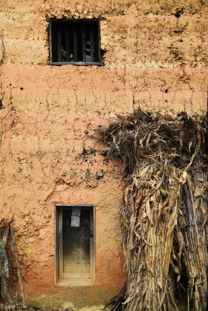 Một góc nhà trình tường tại Phố Trồ. Chất liệu và kết cấu của kiểu nhà này khiến không gian bên trong ấm áp vào mùa đông và mát mẻ trong mùa hè. Ngoài Hà Giang, du khách có thể tìm thấy những ngôi nhà trình tường của các dân tộc thiểu số khác ở Lạng Sơn, Lào Cai...