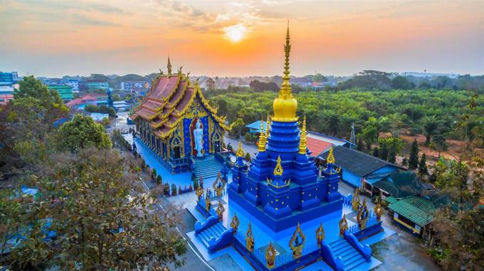 Tỉnh Chiang Rai (Thái Lan) là nơi sở hữu những ngôi chùa độc đáo với thiết kế không theo phong cách của các công trình tôn giáo quen thuộc. Nằm cách trung tâm Chiang Rai 3 km, ngôi chùa Wat Rong Seua Ten mới được hoàn thành vào năm 2016 đã trở thành điểm thu hút khách du lịch ở Thái Lan và quốc tế. Ảnh: Bangkok Air Blog.