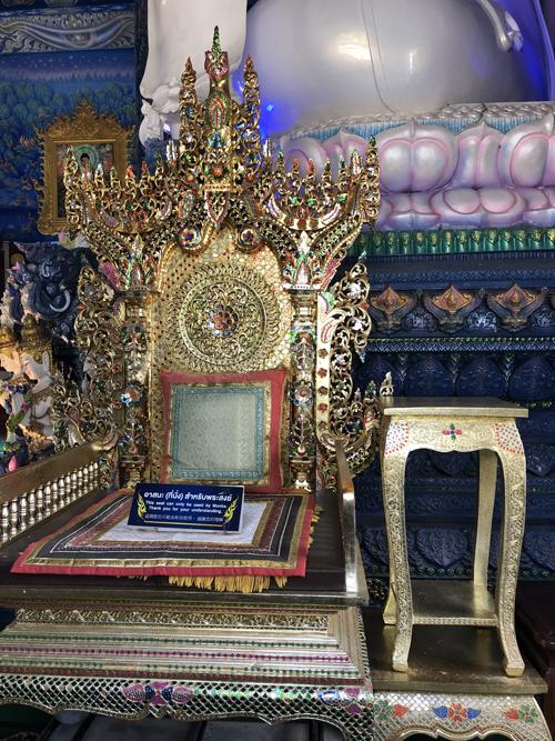 Chiếc ghế được làm tỉ mỉ, cầu kỳ trưng bày trong chùa chỉ dành cho các nhà sư sử dụng vào dịp đặc biệt.