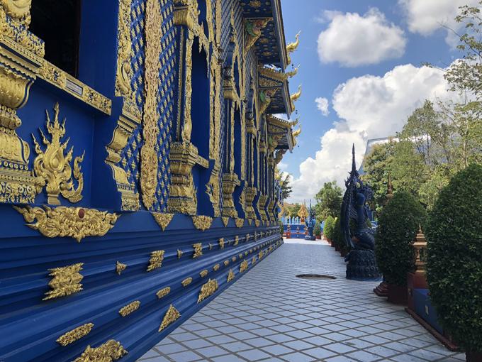 Khi tới Wat Rong Seua Ten cũng như các ngôi chùa ở Thái Lan, bạn nhớ giữ im lặng, ăn mặc kín đáo, không hút thuốc, bỏ dép trước khi bước vào bên trong.