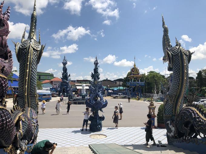 Chùa mở cửa từ 6h sáng tới 18h, vào tự do. Bạn có thể thuê xe đi tham quan kết hợp chùa Xanh - Wat Rong Seua Ten và chùa Trắng - Wat Rong Khun