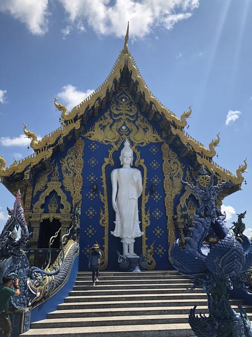 Tại địa điểm xây chùa hiện tại từng có một ngôi chùa cổ bị bỏ hoang khoảng 100 năm. Tới năm 1996, người dân trong vùng quyết định quyên góp tiền để tu bổ nơi này. Năm 2005, công trình được khởi công và hoàn thành sau 10 năm. Ở lối dẫn vào chùa có tạc tượng rắn Naga được cho là bảo vệ cho nơi thờ Phật.