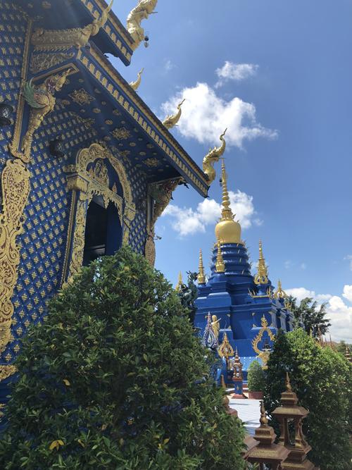 Công trình do Putha Kabkaew thiết kế. Ông là học trò của Chalermchai Kositpipat - người chủ trì tạo dựng chùa Trắng nổi tiếng gần đó. Bởi vậy, hai công trình này có một số nét đồng điệu trong trang trí và sử dụng nhiều nét phá cách khác biệt so với đền, chùa truyền thống ở Thái Lan.