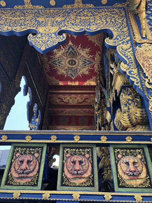 """Tên của chùa có nghĩa là """"Hổ nhảy"""" bắt nguồn từ truyền thuyết vùng đất này từng có rất nhiều hổ nhảy qua dòng sông gần đó. Bởi vậy, trong một số chi tiết trang trí ở chùa, bạn có thể thấy hình ảnh của chúng. Tuy nhiên, đa số người dân và khách du lịch thường gọi đây là chùa Xanh bởi màu sắc bao trùm chủ đạo của công trình."""