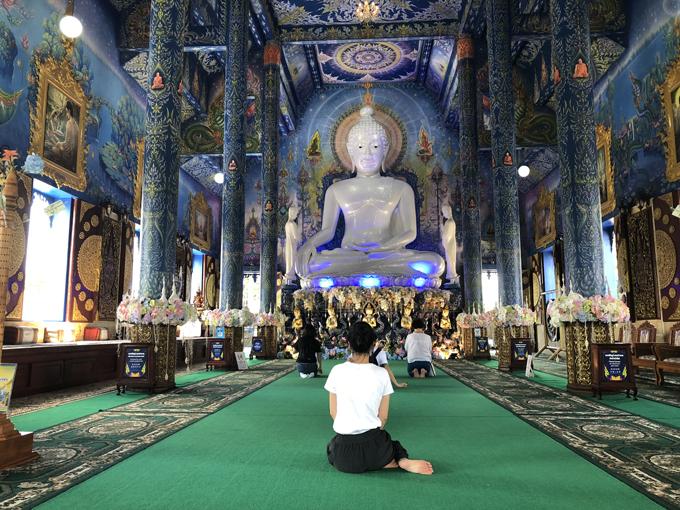 Nhìn bên ngoài, chùa Wat Rong Seua Ten có vẻ nhỏ bé nhưng không gian nội thất thoáng rộng nhờ trần nhà cao và hệ thống cửa dọc hai bên. Hành lang hai bên với các hàng cột uy nghi nối thông từ mặt tiền ra sau chùa. Nhờ vậy, khi bước chân vào bên trong, bạn cảm thấy mát mẻ hơn hẳn dù bên ngoài trời đang nắng nóng.