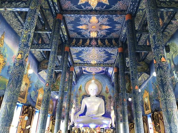 Trên tường là hình vẽ tái hiện cuộc đời của Đức Phật. Điểm nhấn lớn nhất của nội thất chùa là bức tượng Phật khổng lồ màu trắng cao tới tận trần nhà nổi bật trên nền tường màu xanh.