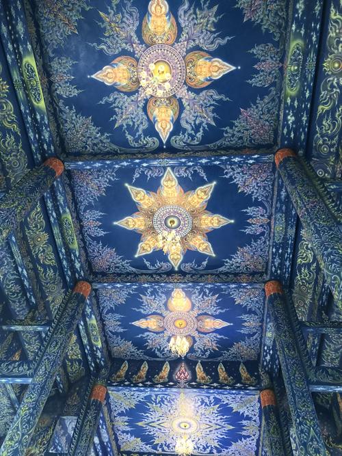 Toàn bộ không gian chùa được phủ màu xanh kết hợp với sắc vàng, điểm thêm ánh tím.