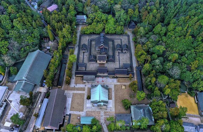 """Izumo Taisha (tỉnh Shimane) là một trong những đền thờ Thần đạo nổi tiếng, được xem như """"báu vật quốc gia"""" của Nhật Bản.  Người dân tin rằng tất cả các vị thần trên đất nước Nhật tề tựu về đền vào tháng 10 (âm lịch) hàng năm để ban may mắn và duyên lành cho nhân gian. Bởi vậy, nơi đây được mệnh danh là miền đất của các vị thần."""