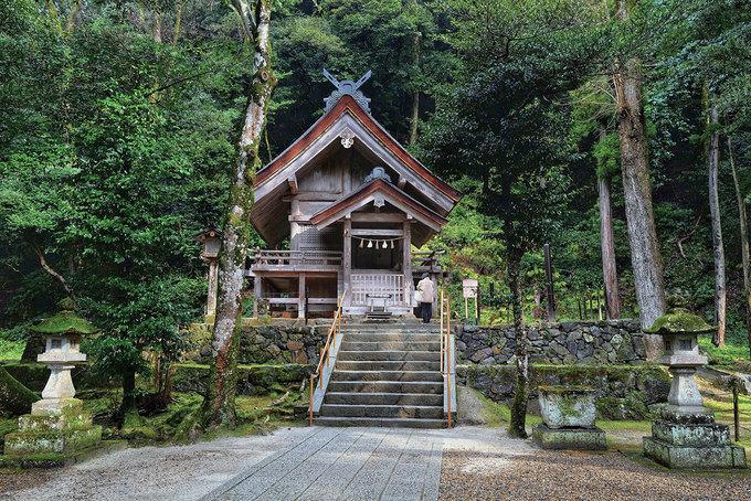 Khu vực xung quanh đền chính có đền thờ các vị thần khác nhau trong thần đạo (thần của sự may mắn, nghệ thuật - võ thuật, điều dưỡng..), nơi nghỉ chân, nơi ở của các vị thần tập hợp về Izumo vào tháng 10 âm lịch hàng năm.