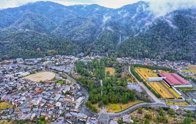 Toàn cảnh đền Izumo Taisha tựa lưng vào núi, quanh năm mây mù bao phủ.