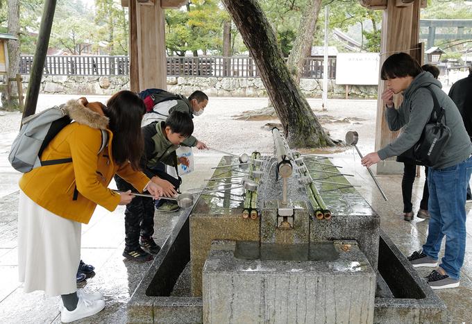Người dân thực hiện nghi thức rửa tay tại Temizuya trước khi vào đền. Đây là nghi thức tẩy uế cơ thể và tâm hồn trước khi vào đền thờ bằng cách rửa sạch tay và miệng của mình. Điều quan trọng nhất trong cả quá trình thực hiện nghi thức là chỉ múc nước một lần, nên sử dụng một lượng nước vừa đủ.