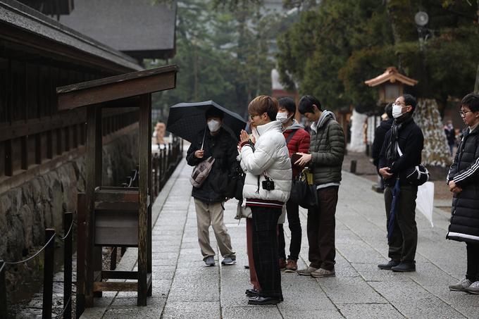 """Theo phong tục, người đến cầu nguyện cần nghĩ đến tên, địa chỉ của mình và bày tỏ lòng thành trước khi bắt đầu. Nghi thức cầu nguyện đặc biệt chỉ có tại nơi đây là """"2 lần cúi, 4 lần vỗ tay, 1 lần cúi"""". Trong 4 lần vỗ tay, 2 lần cho chính bản thân mình còn 2 lần dành cho người thương. Sau đó, họ sẽ dùng đồng 5 yen để ném lên bó rơm khổng lồ hoặc những chiếc thùng gỗ ngay trước điện chính, nếu đồng 5 yen gắn vào bó rơm thì điều ước sẽ thành hiện thực."""